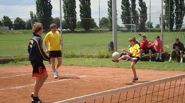 Nejmladší účastník turnaje Jan Novák právě nahrává svým spoluhráčům.