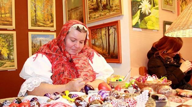 Naďa Šebestýenová z Rožnova pod Radhoštěm vyškrabávala kraslice v Lesním ateliéru Kuba v Kersku
