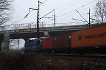 Muž skočil pod vlak někde v Poděbradech u nadjezdu