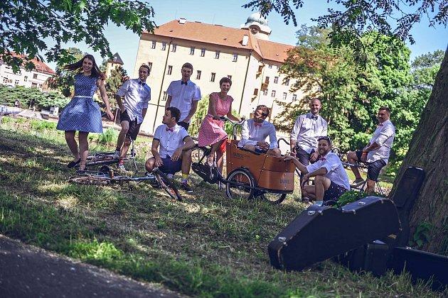 Lenka Havlíčková (uprosořed) skapelou Flat Fly před poděbradským zámkem.