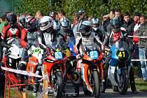 PARÁDA. Na motocyklové závody na dymokurském okruhu, kde se opět jelo po dlouhých patnácti letech, bylo zvědavo přes tři tisíce lidí