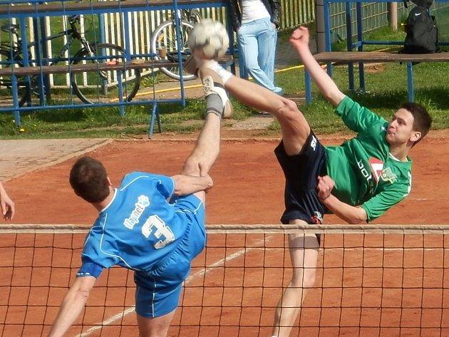 ZATÍM VÁLÍ. Nohejbalisté Spartaku Čelákovice vyhráli i druhé utkání sezony. V extraligovém mači porazili Vsetín 6:1