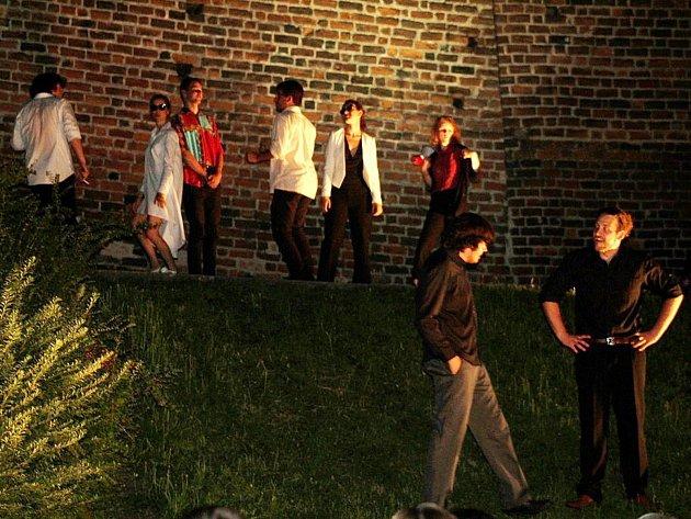 Večerní představení pod širým nebem se konalo ve středu v parku pod nymburskými hradbami. Studentský divadelní spolek OLDstars přivezl vlastní verzi Shakespearovy hry Romeo a Julie.
