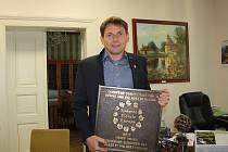 Starosta Kostelní Lhoty Tomáš Drobný se stříbrnou plaketou, kterou obec získala v soutěži Entente florale 2017 - Kvetoucí sídla Evropy.