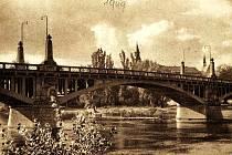 Pohled z dřívější doby na konstrukci hlavního nymburského mostu přes Labe.