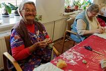 Blíží se termín konání Podzimní prodejní výstavy výrobků, které vznikly pod rukama šikovných dědečků a babiček z rožďalovického domova seniorů.