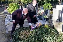 Některá z míst v Poděbradech, na nichž si výročí 102 let od založení republiky připomněli starosta Jaroslav Červinka a místostarostové Roman Schulz a Miroslav Holas. Foto: archiv radnice