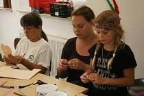 Malí indiáni si vyrobili šperky, hudební nástroje a teepee.