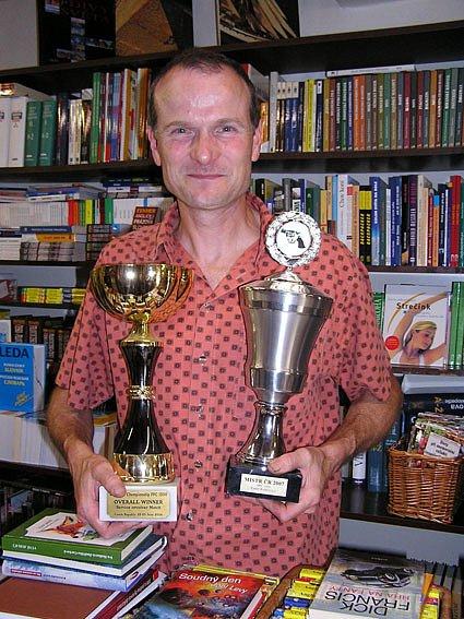 Jan Kaňka je muž mnoha zájmů – knihkupec, zastupitel, momentálně i stavitel, chovatel belgických ovčáků malinois (cvičných pro policejní službu) a pro náš rozhovor především střelec.