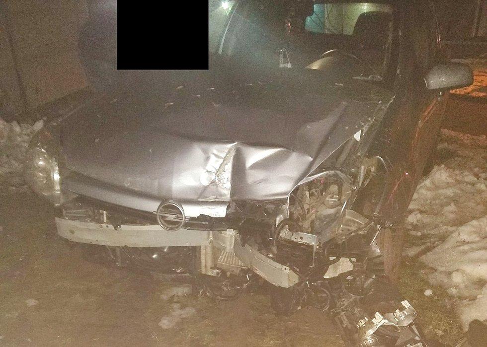 Snímek k případu opilého řidiče. Nabourané auto.