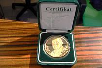 Přesně takovou medaili si zloděj odnesl