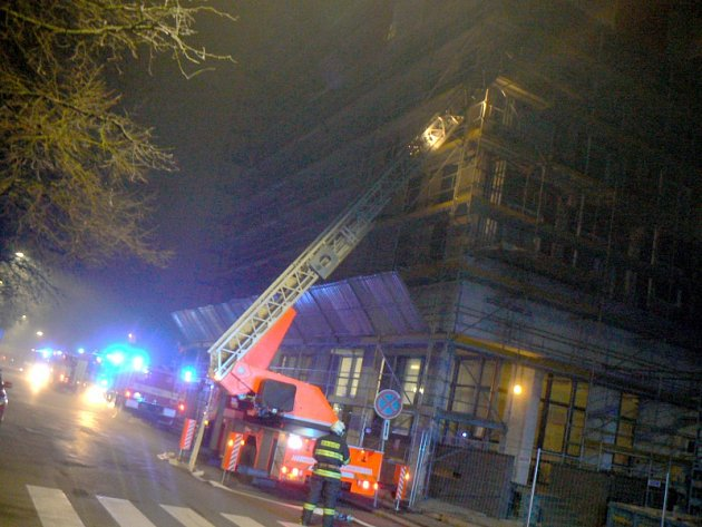 """Cvičení hasičů na """"buzáku"""" s počáteční evakuací"""