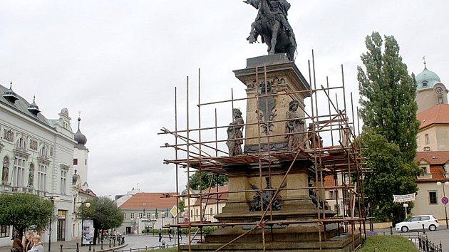 Socha Jiřího z Poděbrad na Jiřího náměstí s lešením z roku 2013.