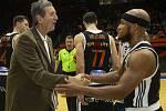 Basketbalové utkání Kooperativa NBL mezi celky USK Praha a ČEZ Basketball Nymburk 2.února v Praze. Jiří Zídek a Eugene Lawrence.