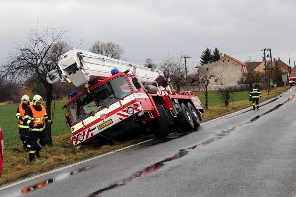 Na silnici mezi Krchleby a Loučení se s hasičským jeřábem utrhla krajnice.