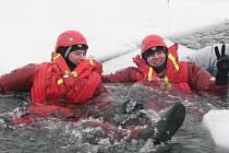 Hasiči se při výcviku vykoupali v ledové vodě a pořádně si to užili.