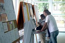 Uchazeči o zamšstnání si vybírají na Úřadu práce v Nymburce z tabulí i z elektronického vyhledavače.