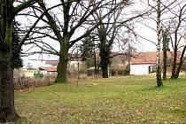 Místo, kde má vyrůst Domov důchodců v parku za školou Bedřicha Hrozného v  Lysé nad Labem.