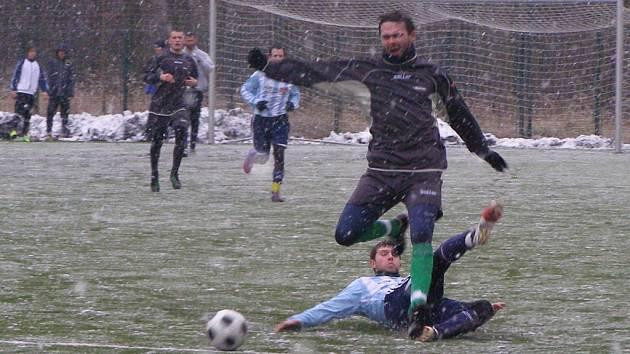 NEDALO SE. Husté sněžení komplikovalo poděbradským fotbalistům v zápase s kolínským dorostem situaci. Převážná část přípravných utkání však byla odložena