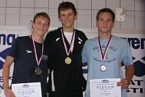 Nejlepší tři plavci z kraulařské stovky. Bronzový Tomáš Havránek z Lokomotivy vpravo