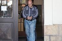 Tomáš E. při odchodu od nymburského soudu