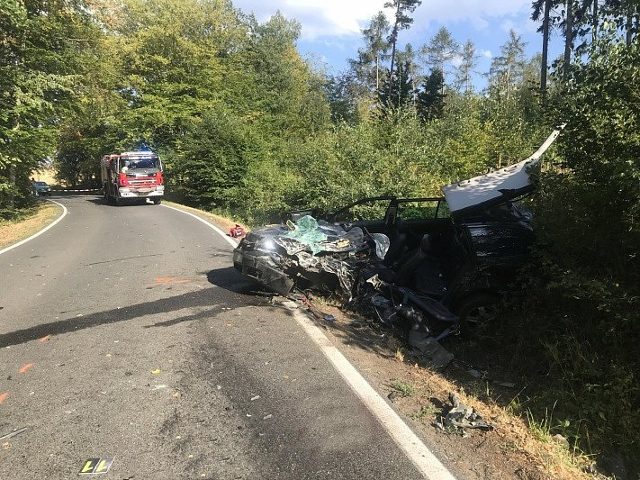 Čelní střet dvou osobních aut u Jílového nepřežil jeden z řidičů.