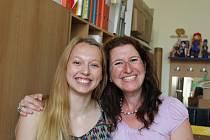 Sára Vandasová se svou francouzskou lektorkou Corinne na Gymnáziu B. Hrabala.