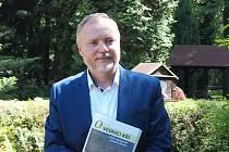 Bronislav Kuba se svou novou knihou.