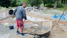 Rekonstrukce dlouhodobě nefunkční fontány v parku naproti nemocnici v Nymburce v polovině září roku 2021.