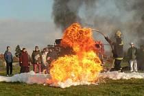 Městečtí hasiči předvedli ohnivou show dětem ze speciálního domova mládeže v Chotěšicích