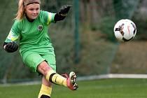 BRANKÁŘKA. Třináctiletá Natálie Trikalová má spíše klučičí záliby. Ve fotbale chytá za pražskou Spartu, v poděbradském oddílu se věnuje boxu.