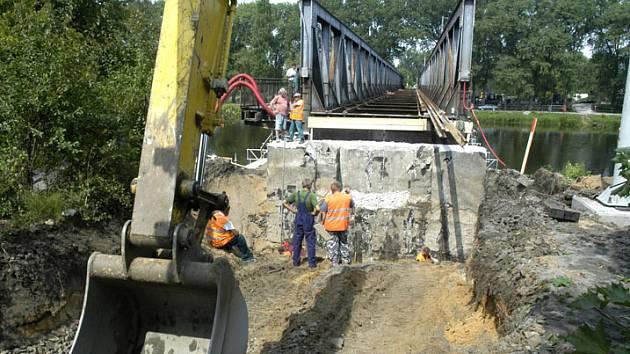 Práce na rozsáhlé rekonstrukci železničního mostu v Nymburce už jsou v plném proudu.