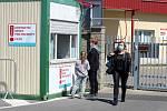 Jediným vstupem do nymburské nemocnice je v současné době zadní brána.