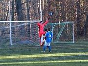 Fotbalisté Bohemie Poděbrady (v rudém) vyhráli doma okresní derby nad Vykání 2:1.