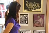 Výstava prací studentů grafické školy Václava Hollara teď zdobí vestibul lyské oděvní školy