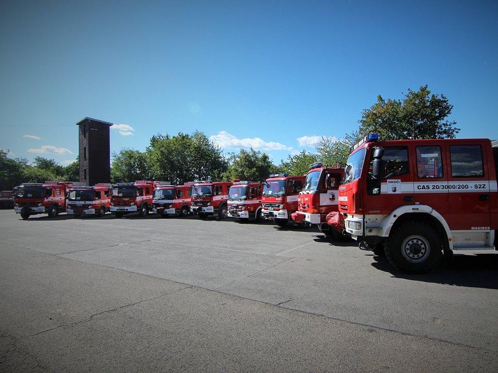 Na stanici v Říčanech byly slavnostně předány devíti středočeským jednotkám sboru dobrovolných hasičů obcí cisternové automobilové stříkačky.