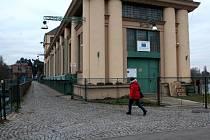 V tomto místě bude přístup na chodník nemožný, bude se vcházet do elektrárny dveřmi vpravo na snímku.