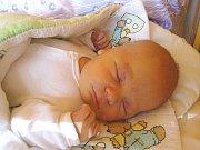 ONDŘEJ KOUDELKA se narodil 6. dubna 2018 v 5.10 hodin s délkou 52 cm a váhou 4 100 g. Pro rodiče Danu a Petra a sestřičku Verunku (2,5) byl chlapeček překvapení. Doma jsou v Nymburce.