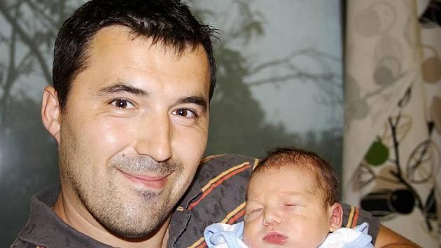 IVAN A MALÝ ADAM JSOU Z MILOVIC. Šťastný tatínek Ivan si z nymburské porodnice odvezl domů do Milovic maminku Sylvu a prvorozeného syna Adama Rusnáka. Ten se narodil v pondělí 15. srpna 2011 ve 22.39 hodin s mírou 51 cm a váhou 3600 g.