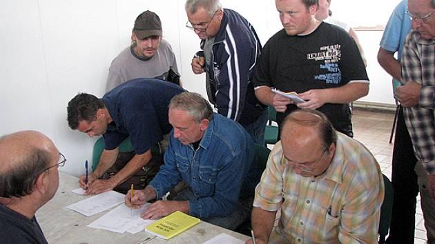 Činovníci fotbalových klubů si na losovacím aktivu vybrali čísla pro sezonu 2008/2009.