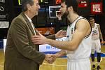 Basketbalové utkání Kooperativa NBL mezi celky USK Praha a ČEZ Basketball Nymburk 2.února v Praze. Jiří Zídek a Michal Mareš.
