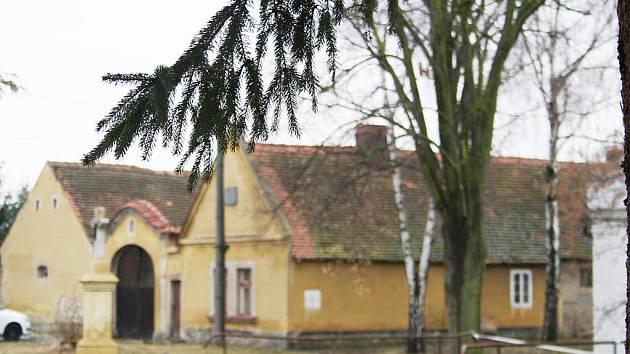 Kterou obec na Nymbursku je zachycena na snímcích?