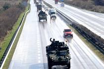 Průjezd amerického konvoje po dálnici D11 územím Nymburska