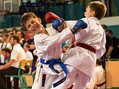 MIROSLAV SLOVÁK z domácího TJ karate Sokol Nymburk (vlevo) svádí svůj souboj s protivníkem.