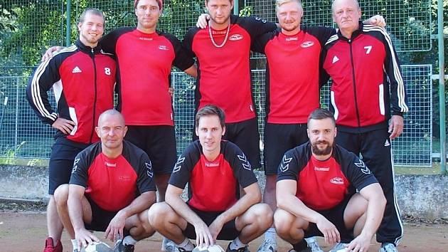 Úspěšný tým. Horní řada zleva: Příkop, Javůrek, Čepek,Červinka, Janšta. Dolní řada zleva: Očenášek, Štěpař, Čejka