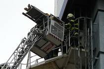 Pracovník spadl ze žebříku na dno sila