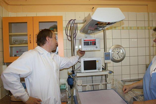 Nymburská porodnice dostala od Nadace Archa Chantal novou vyhřívací postýlku pro novorozence za 290 tisíc korun.
