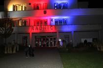 Budova milovické radnice se vybarvila do barev trikolóry.