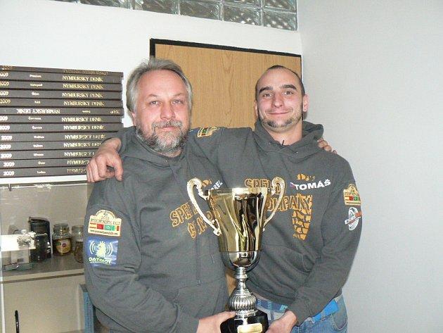 Karel Mařík (velvo) a Tomáš Kutmon s vítězným pohárem v redakci Nymburského deníku.