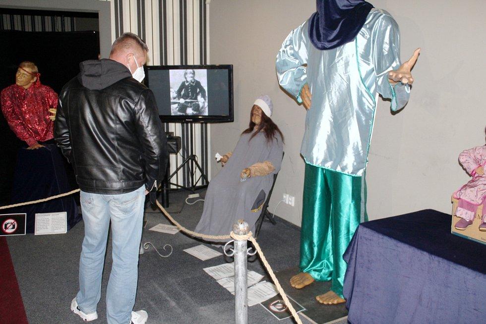 Expozice voskových figurín na Záložně působí jako panoptikum.